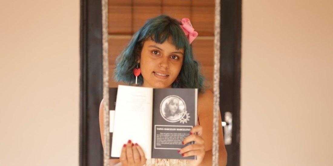 A estudante de cabelos coloridos e muitos sonhos já lançou dois livros físicos e também já participou de antologias. E quer ainda muito mais (Johnny Torres 25/2/2021)