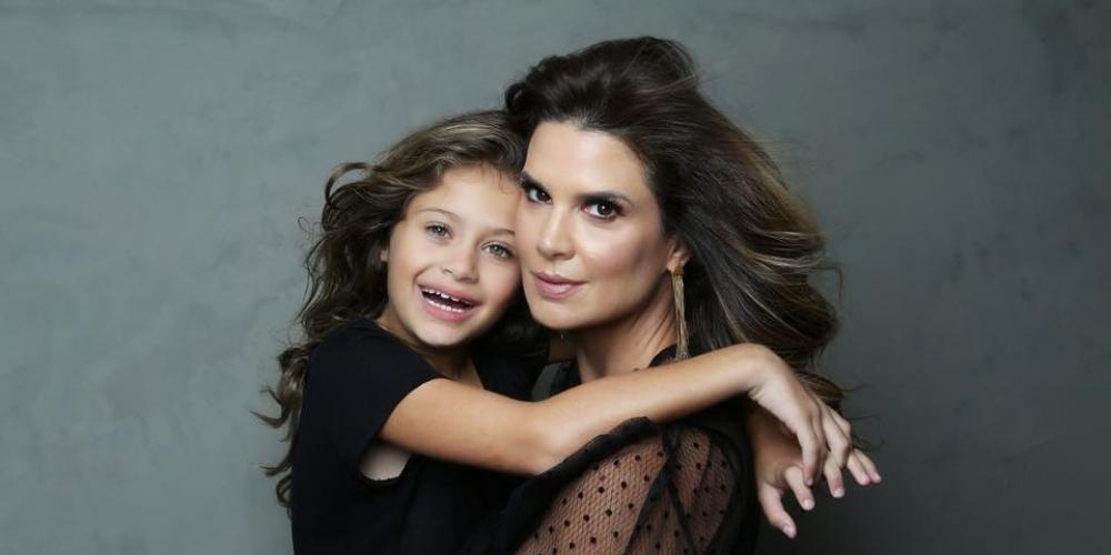 Apresentadora Mariana Kupfer, com a filha Victória, de 9 anos (Reprodução/Facebook)