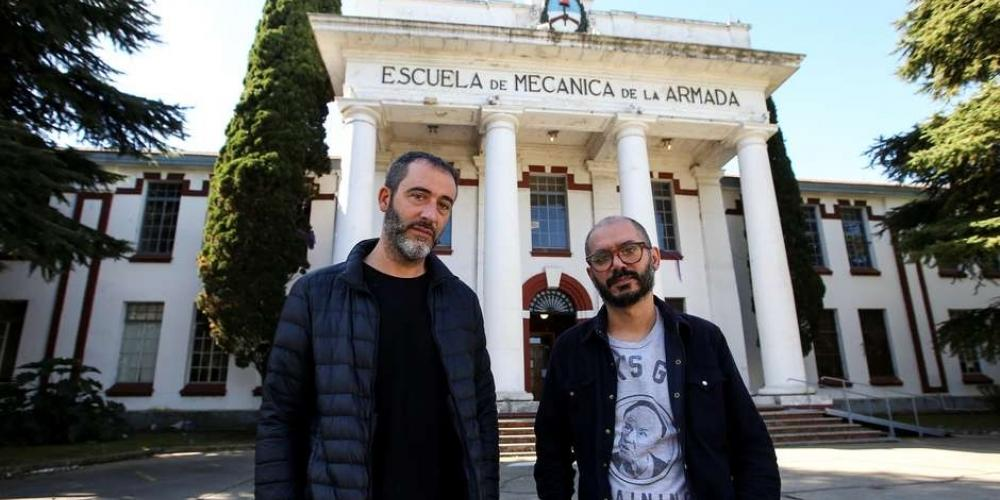 Juan Carrá e Iñaki Echeverría em frente à Escuela de Mecánica de la Armada (ESMA), em Buenos Aires (Reuters)