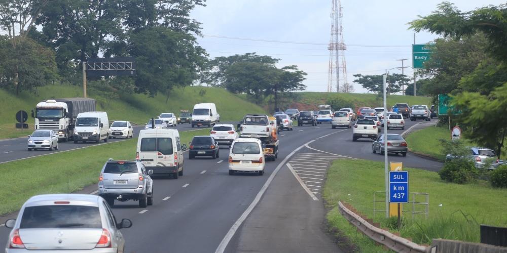 Lei da faixa da esquerda vale tanto para situações nas ruas e avenidas nas cidades quanto nas rodovias (Johnny Torres 9/1/2018)
