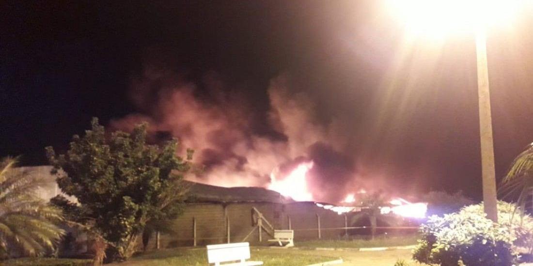 Incêndio foi registrado na madrugada de domingo, 10, em Mendonça (Divulgação)