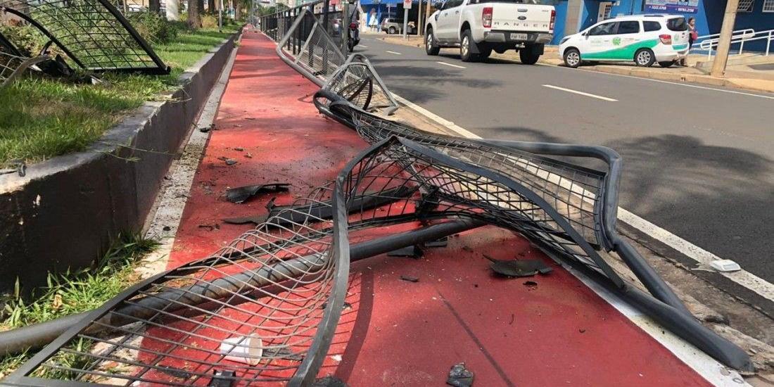 Após a batida, grade ao lado ciclovia ficou destruída (Johnny Torres 11/1/2021)
