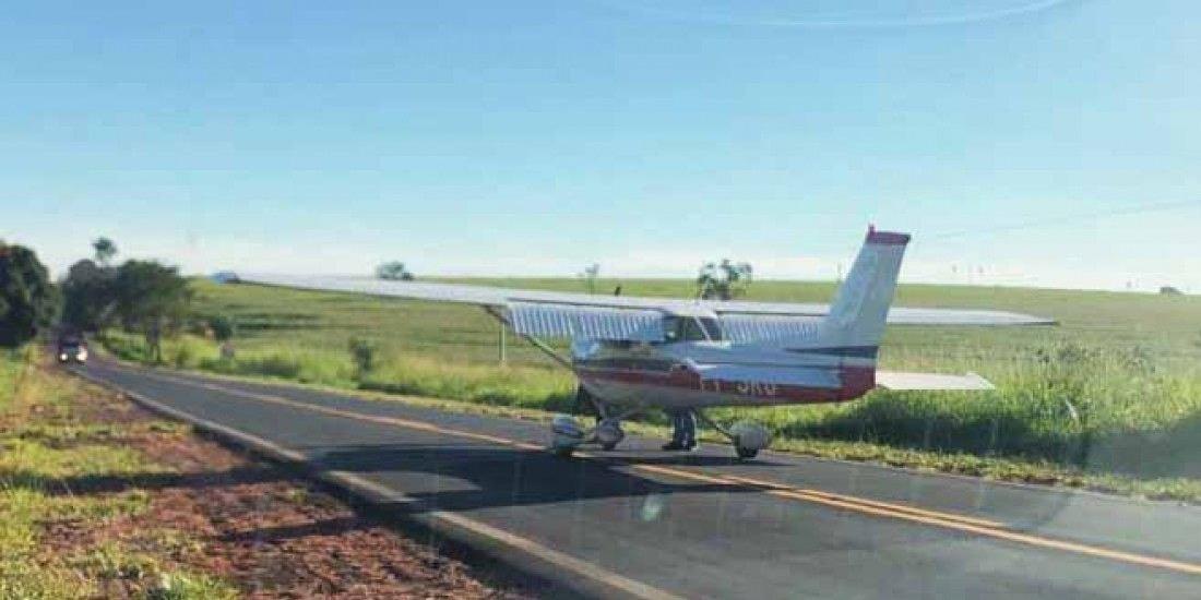Monomotor Cessna 150L teve de fazer um pouso de emergência na rodovia Percy Waldir Semeghini na manhã desta quarta-feira, 28  (Fotos: Colaboração/Leitor)