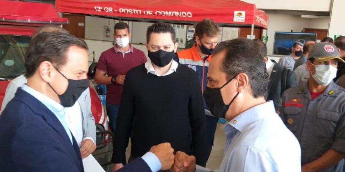Doria cumprimenta Marzocchi, que era pré-candidato, sob olhar do presidente estadual do partido, Marco Vinholi (Colaboração leitor)