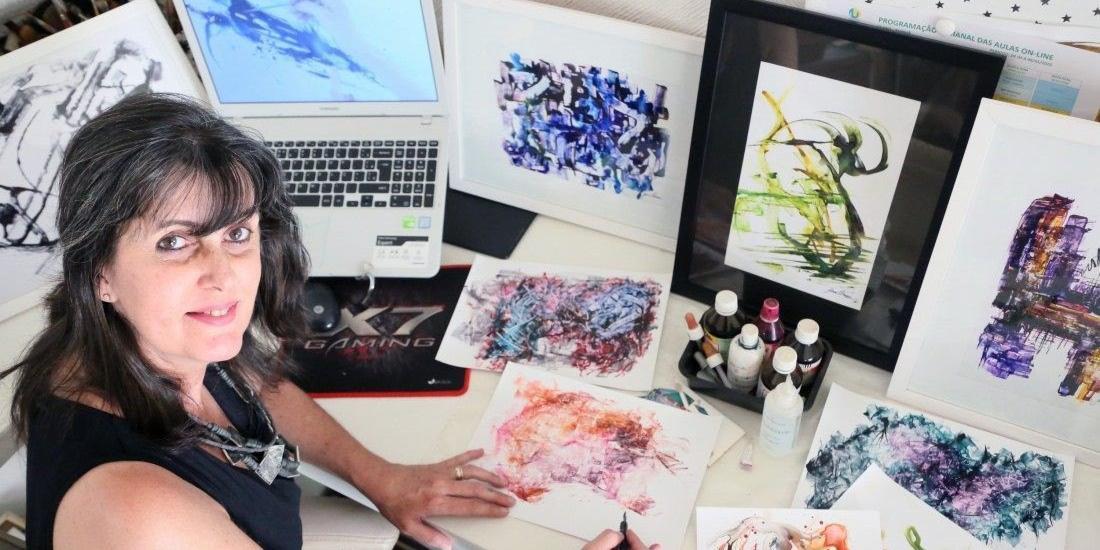 Jane Ferrari diz se sentir livre na criação com o action painting (Ricardo Boni/Divulgação)