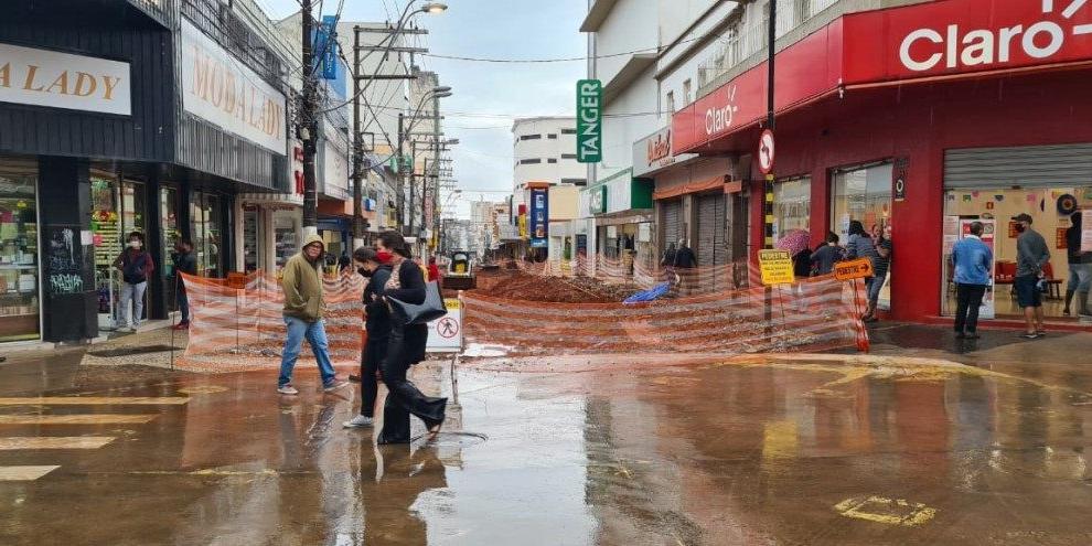Consumidores caminham pelo Calçadão na manhã de sábado (Marco Antonio dos Santos 27/6/2020)