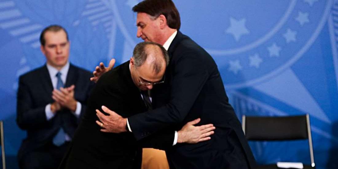 O ex-ministro da Justiça e Segurança Pública, André Mendonça, e o presidente da República, Jair Bolsonaro (sem partido), na solenidade de posse (Rodrigo Lima)