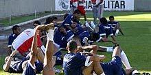 Jogadores do América fazem alongamento, após o treino no Teixeirão (Sérgio Menezes)