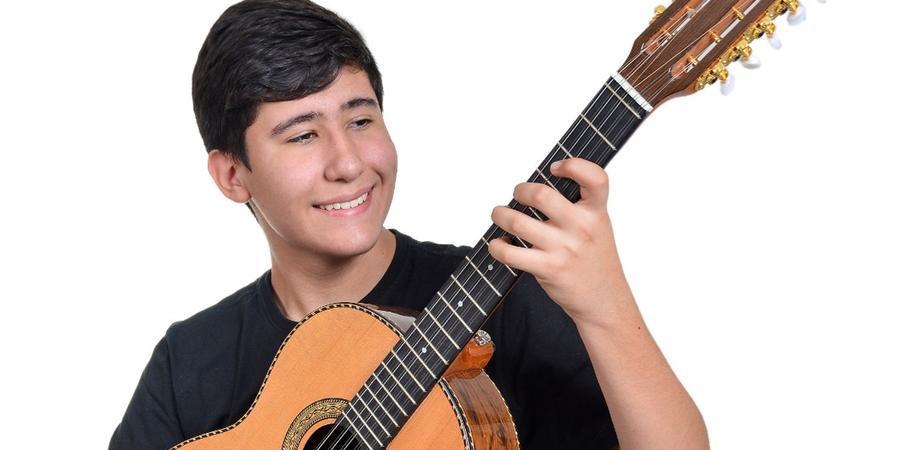 Aos 15 anos, Salomão Nassif participa de seu primeiro concurso de viola (Alexandre Churchil/Divulgação)