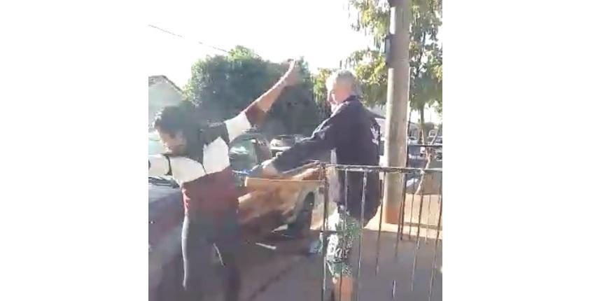 Vídeo mostra o momento em que o homem lança um produto químico no rosto da mulher (Reprodução)