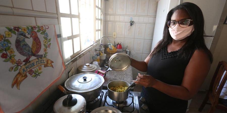A cabeleireira Érica Rosa diz que família mudou dieta de alimentação para diminuir impacto da inflação (Guilherme Baffi 22/7/2021)