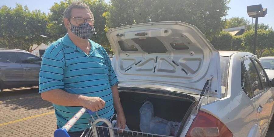 vendedor Milton César Borges abriu mão de marcas e fica de olho nos preços (Júlia De Britto 22/7/2021)