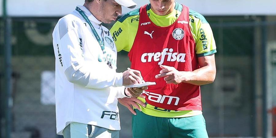 Abel Ferreira e Renan conversam durante treinamento (César Greco/ Agência Palmeiras)