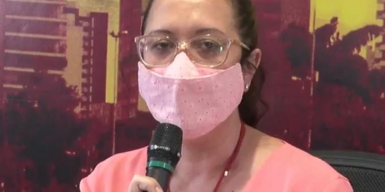 Fabiana Zanquetta, secretária de Educação, durante anúncio (Reprodução)