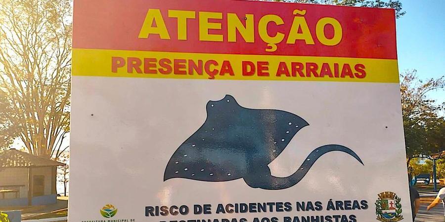 Placas sinalizam presença do animal no balneário de Santa Albertina (Reprodução/Facebook)