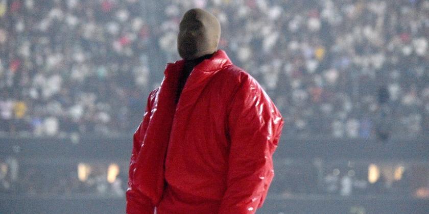 Kanye West, com o rosto coberto, durante o lançamento de seu novo disco, 'Donda' (Reprodução)