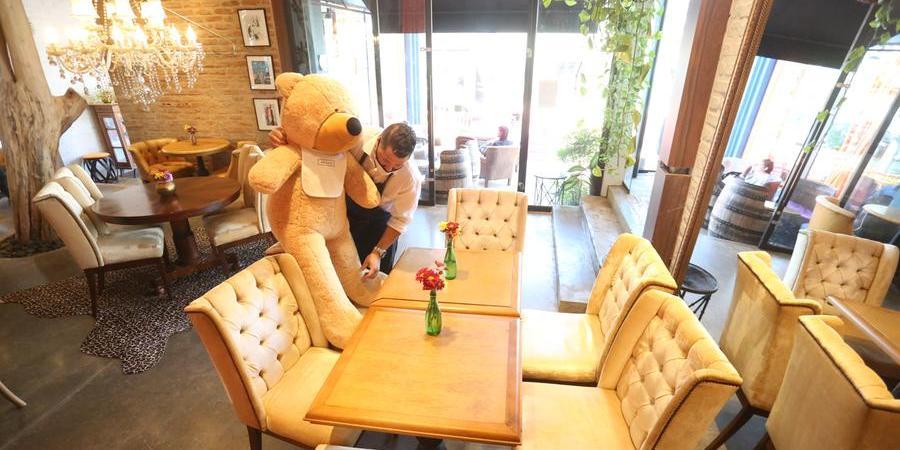 Funcionário do No.Cafee coloca urso na mesa para demarcar cadeira que não pode ser ocupada (Guilherme Baffi 23/7/2021)
