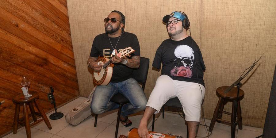 Thiaguinho Vessi e Xande de Pilares durante a gravação de 'Elo da Felicidade' (Divulgação)