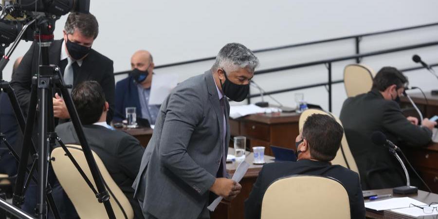 Bruno Moura, (em pé ao centro) autor de uma lei contestada pela Prefeitura, conversa durante sessão da Câmara (Guilherme Baffi)