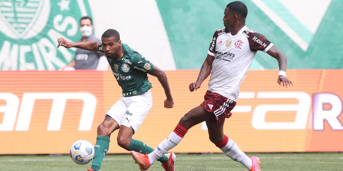 O jogador Wesley, do Palmeiras, disputa bola com o jogador Ramon, do Flamengo, durante partida (Cesar Greco/Palmeiras/Divulgação)