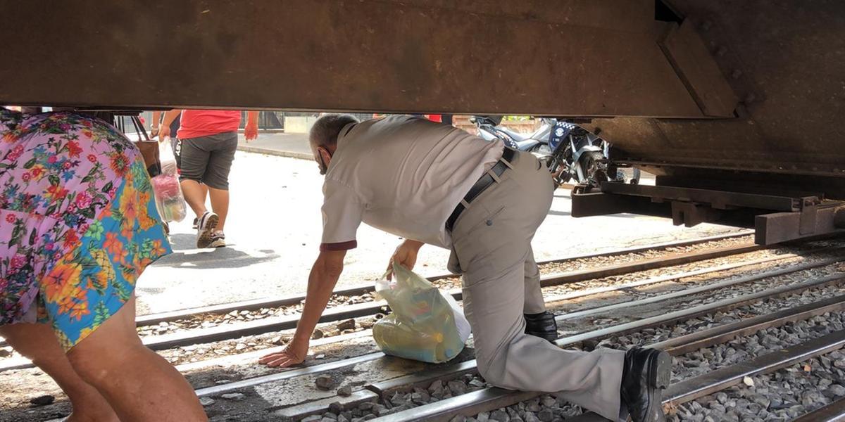 Moradores se arriscam passando por baixo do trem parado no Centro de Rio Preto (Guilherme Baffi 13/9/2021)