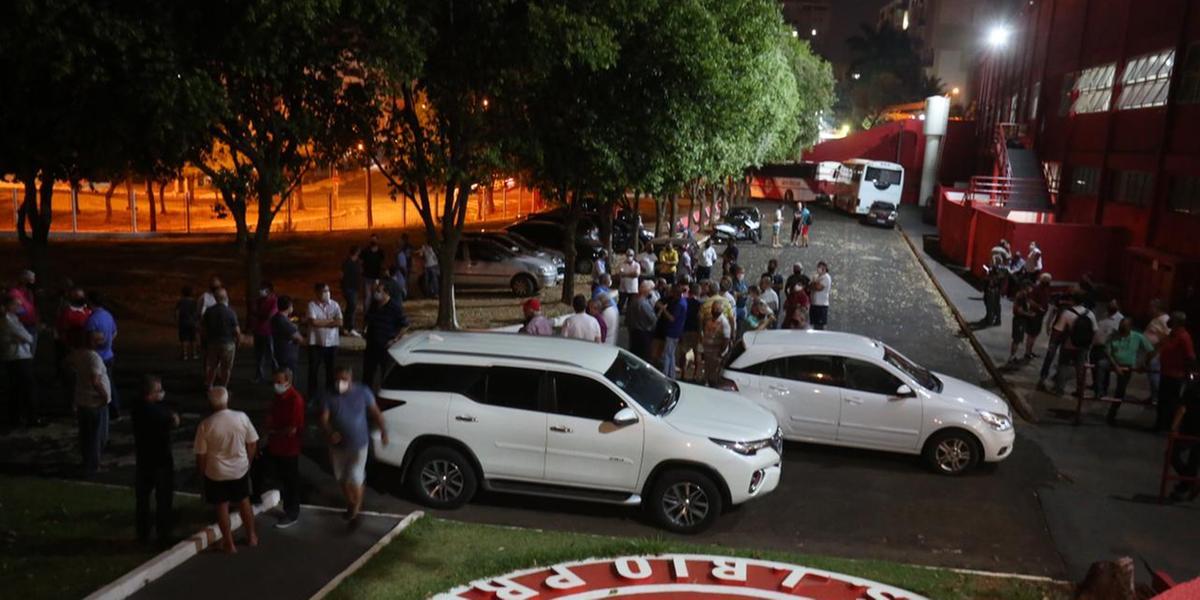 Com portões fechados, eleição do América vira bagunça (Guilherme Baffi 13/09/21)
