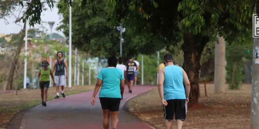 Moradores fazem caminhada na avenida Philadelpho: especialistas orientam a não deixar de se prevenir (Guilherme Baffi 13/9/2021)