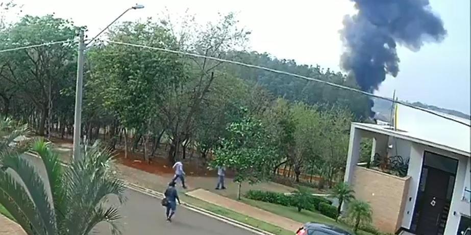 Vídeo mostra momento da queda de avião em Piracicaba (Reprodução/Câmera de segurança)