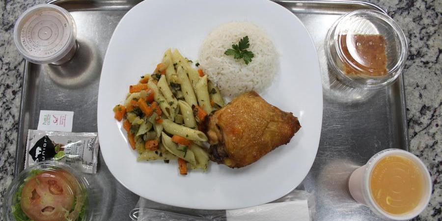Exemplo de prato servido no hospital Austa: equipe de nutrição visita cada paciente (Divulgação)