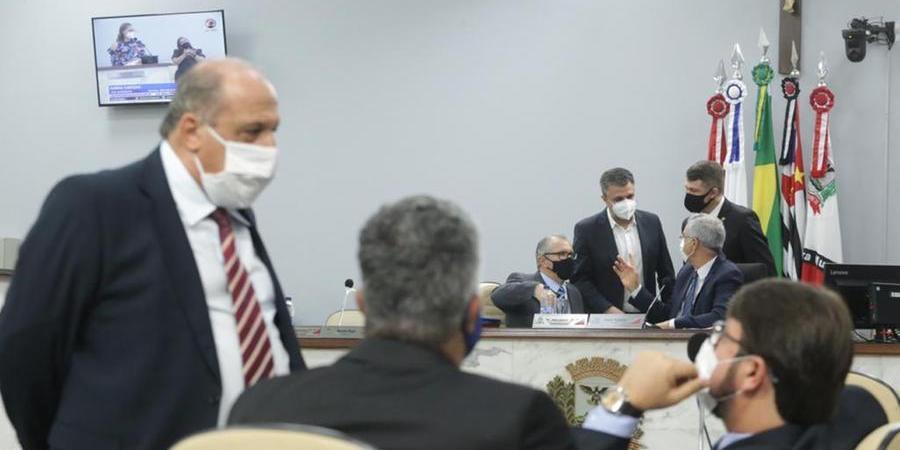 """Pauléra (em pé), líder informal do governo, disse que vereador """"fugiu do plenário""""; veto do Executivo a lei que torna até bar serviço essencial foi mantido (Jhonny Torres 14/9/2021)"""