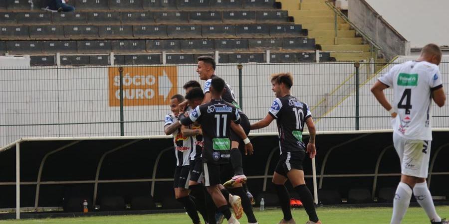 Jogadores do Votuporanguense comemoram gol contra o Comercial; começo com o pé direito (Rafael Bento/ Divulgação)