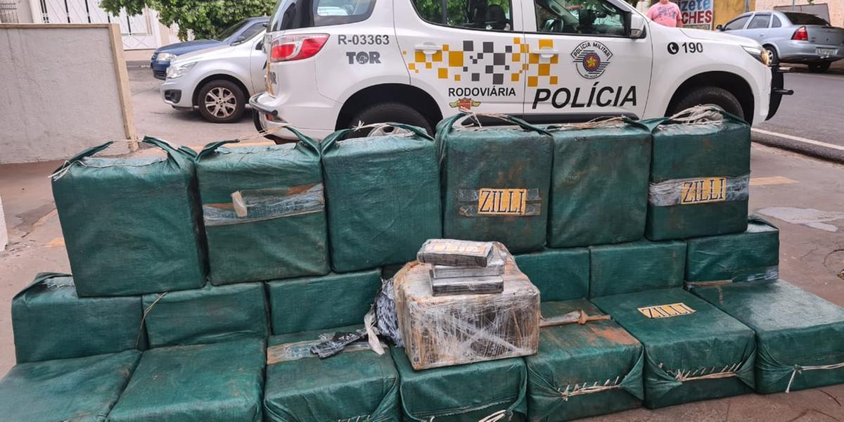 Motorista de caminhão transportava 21 fardos de cocaína entre a carga de coco (Divulgação/Tático Ostensivo Rodoviário)