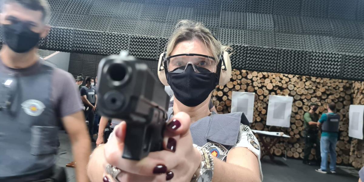 Juíza Luciana Cassiano Zamperlini Cochito, diretora do Fórum de Rio Preto, durante instrução de tiro da Polícia Militar (Marco Antonio dos Santos 17/9/2021)