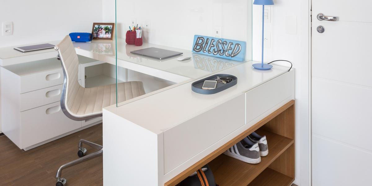 Neste projeto, o aparador do hall de entrada ganhou uma divisória em vidro para setorizar o home office. A sapateira perto da porta tornou-se útil para os moradores que não gostam de entrar com calçados sujos em casa (Estúdio São Paulo/Studio Tan-gram)