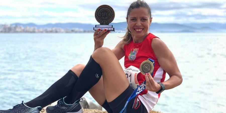 Rose exibe, orgulhosa, os troféus conquistados como maratonista: 'Tenho fé em mim e em Deus. Vou conseguir' (Divulgação/ Cozimax)