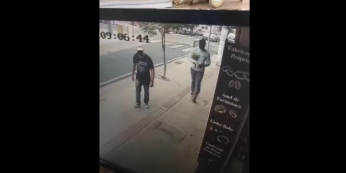 Dois homens entraram na loja na manhã desta sexta-feira, 17, e levaram R$ 23 mil em joias (Reprodução)