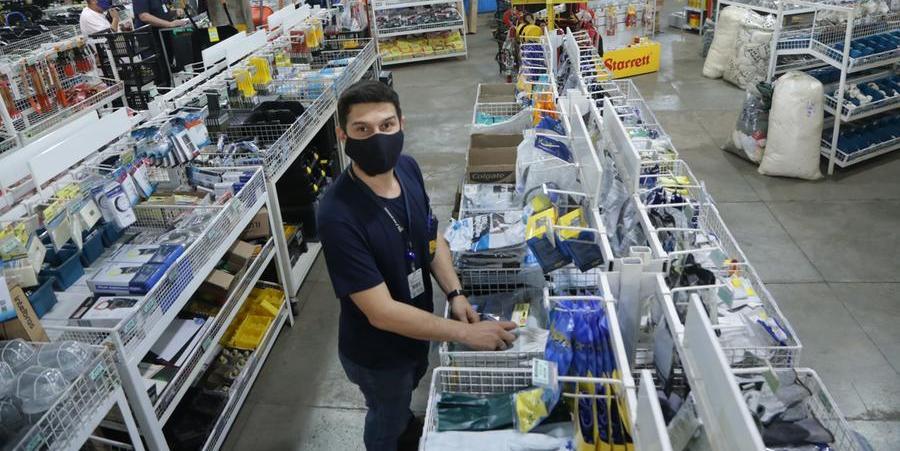A loja Rei dos Parafusos está com escassez de alguns produtos por conta do aumento no preço do frete. Os itens também ficaram mais caros. O volume de importações caiu pela metade depois da pandemia (Jhonny Torres 16/9/2021)