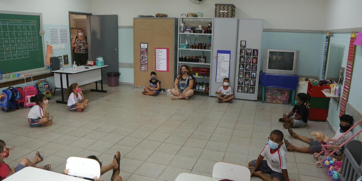 Alunos durante aula presencial na escola municipal Paulo José Froes, na Estância Santa Clara, em Rio Preto (Johnny Torres)