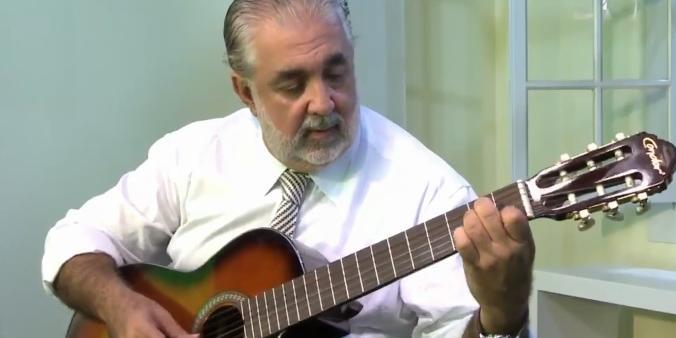 Ex-prefeito Valdomiro Lopes atacando de músico em suas redes sociais (Reprodução/Instagram)