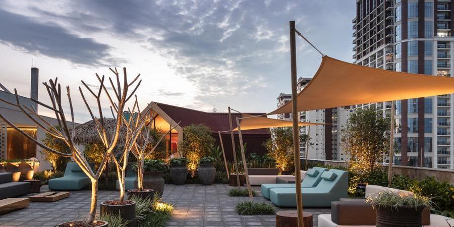 Catê Poli e João Jadão projetaram o Rooftop, um dos ambientes da mostra (Divulgação/Evelyn Muller)