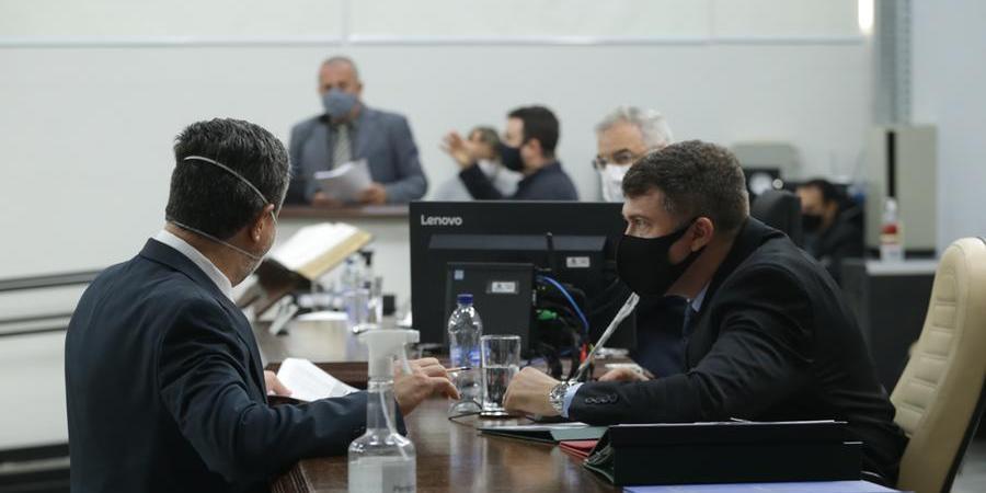 Rillo (à esq) e Ricci, autores da proposta conversam durante sessão (Johnny Torres 21/9/2021)