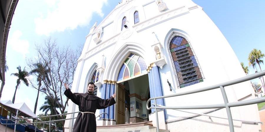 Frei Lucas Lisi Rodrigues em frente à igreja de Nossa Senhora Aparecida, em Olímpia (Divulgação)