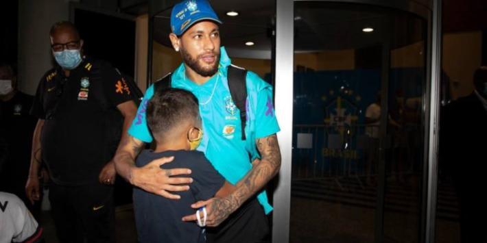 Neymar abraça torcedor no desembarque da seleção em Manaus, na madrugada desta segunda (Divulgação/Lucas Figueiredo/CBF)