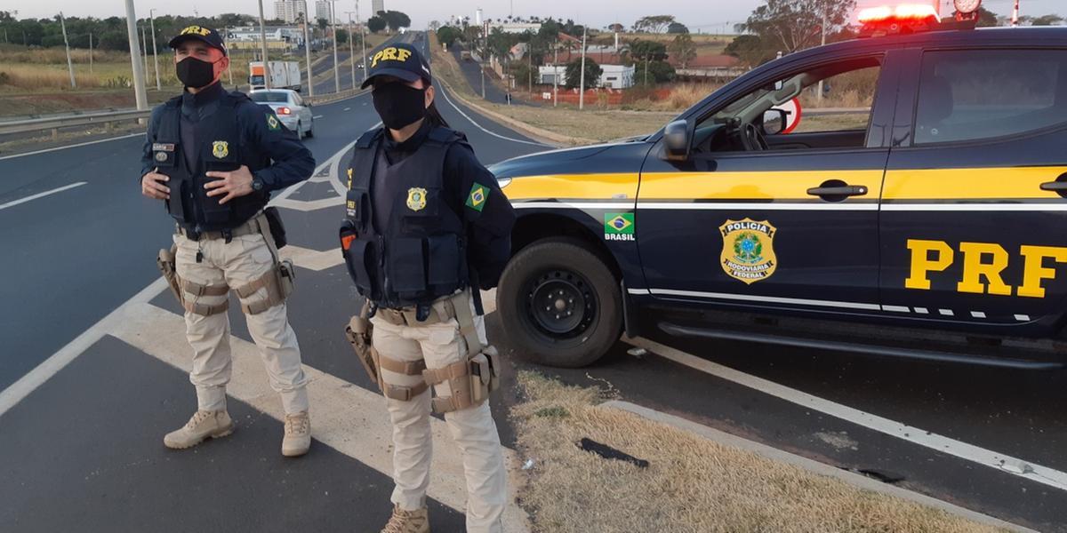 Agentes da Polícia Rodoviária Federal durante operação no feriado prolongado (Divulgação/PRF)