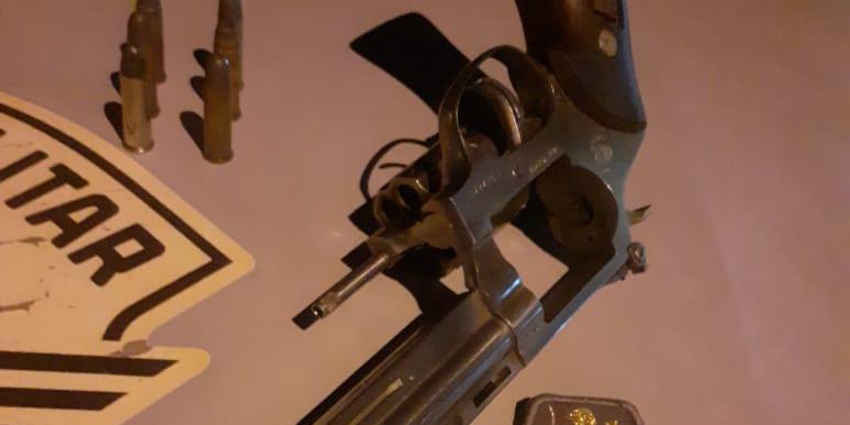 Revólver calibre 38 apreendido na madrugada pela polícia com um gesseiro na frente de bar de narguilé (Divulgação/Polícia Militar)