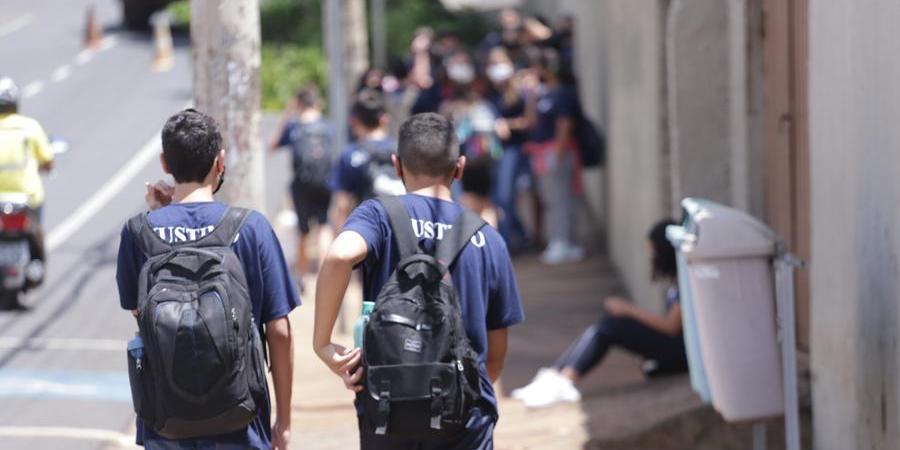 Movimentação de alunos na frente da escola Justino Jerry Faria (Johnny Torres 13/10/2021)