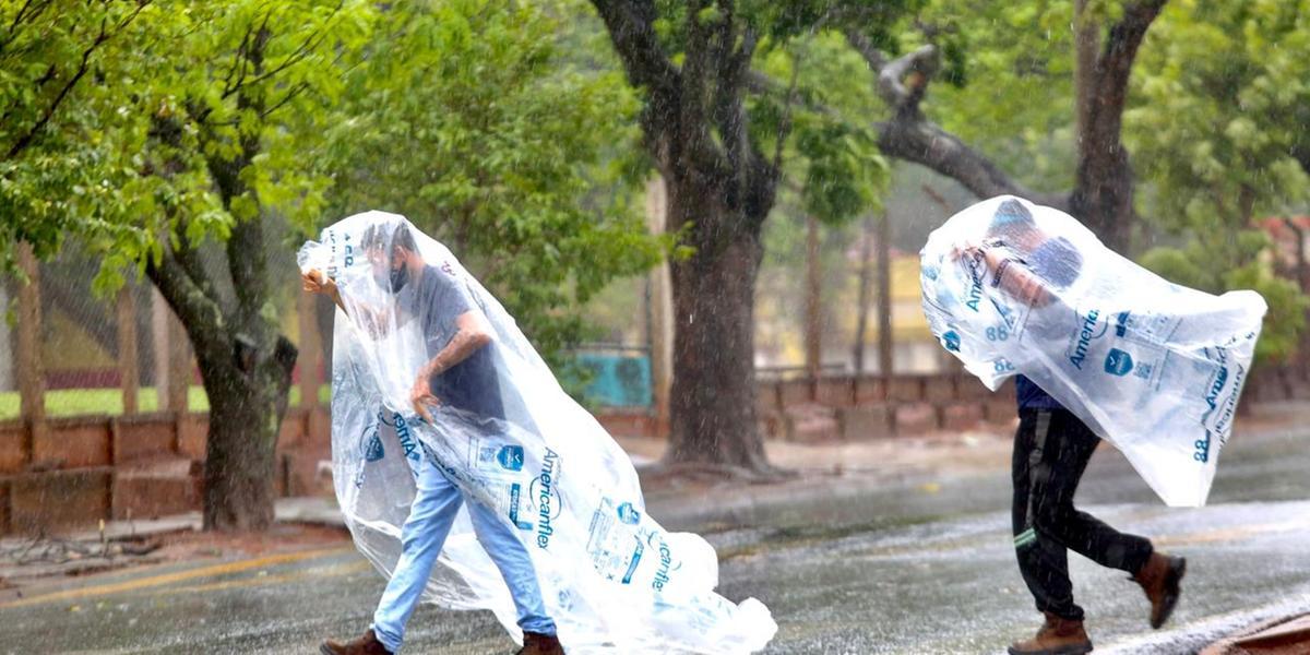 Trabalhadores de Rio Preto se protegem da chuva nesta quinta-feira, 14 (Guilherme Baffi 14/10/21)