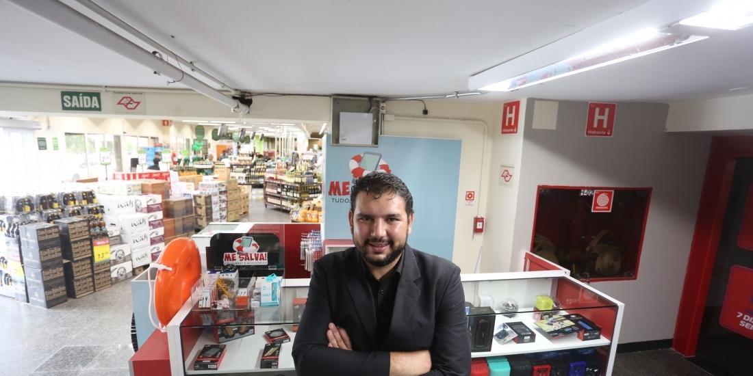 Com investimento baixo, Pedro montou um quiosque de produtos e serviços para celulares (Guilherme Baffi 12/2/2020)